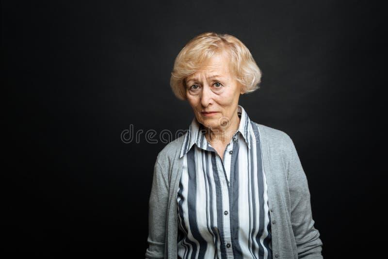 Rubbningen åldrades pensionären som inomhus uttrycker medlidande royaltyfria bilder