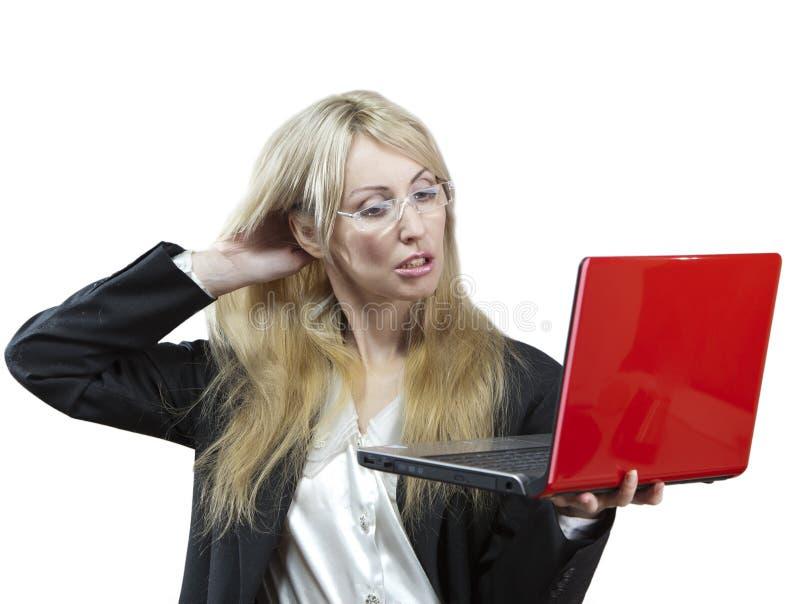 Rubbningen för affärskvinnan ser på bärbar datorskärmen arkivfoto