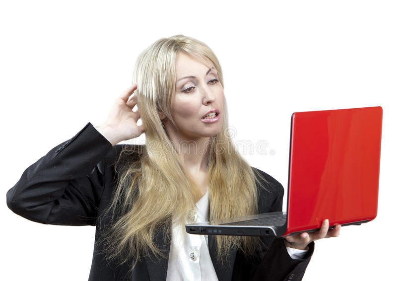 Rubbningen för affärskvinnan ser på bärbar datorskärmen royaltyfria bilder