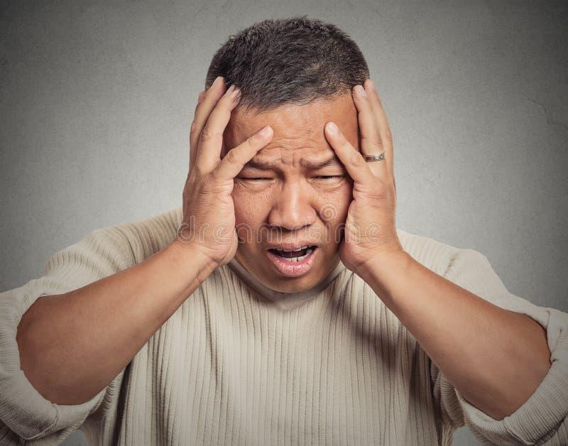 Rubbningen som var stressad ut, den sjuka trötta mitt, åldrades mannen som har huvudvärk royaltyfri foto