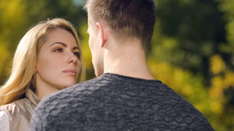 Rubbningkvinna som ser med sorgen på mannen, problem med hälsa, missfall arkivfoton
