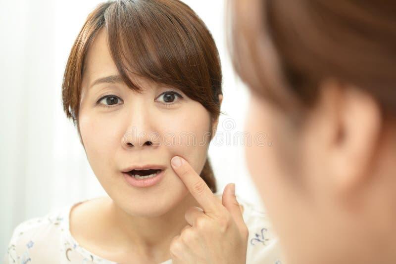 Rubbningkvinnan har problem med hennes hud royaltyfria bilder