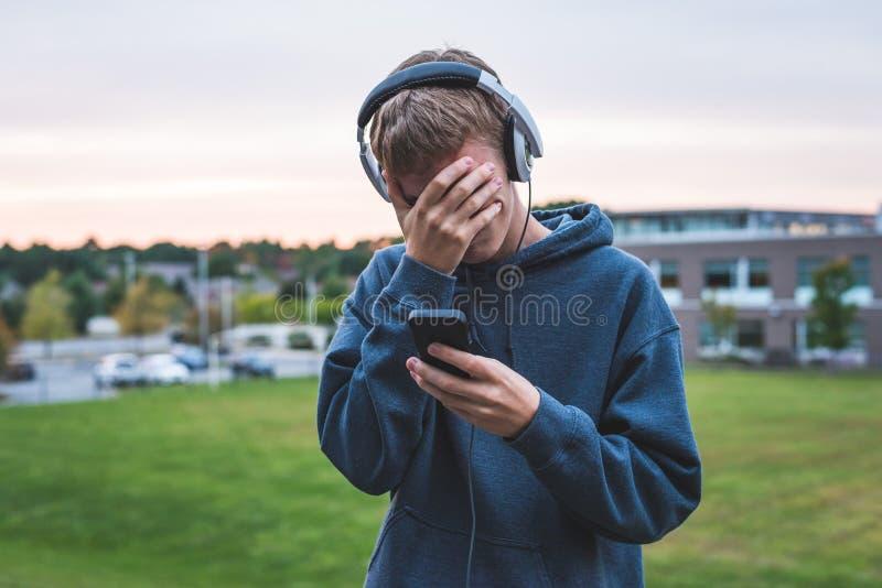 Rubbningtonåring som lyssnar till musik arkivbilder