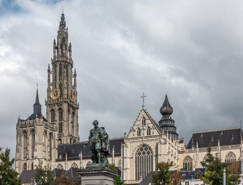 Rubens Statue e catedral de nossa senhora, Antuérpia Bélgica imagem de stock royalty free