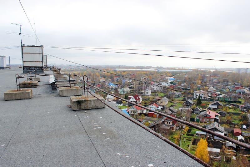 Ruberoid takbeläggning och räcke på ettvåning radhus i Arkhangelsk royaltyfria foton