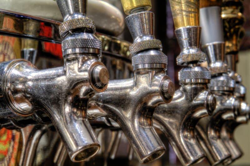 Rubinetti brillanti della birra immagini stock libere da diritti