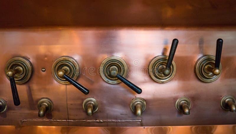 Rubinetti del rame del campionamento della birra in vecchia fabbrica di birra, fuoco selettivo fotografia stock