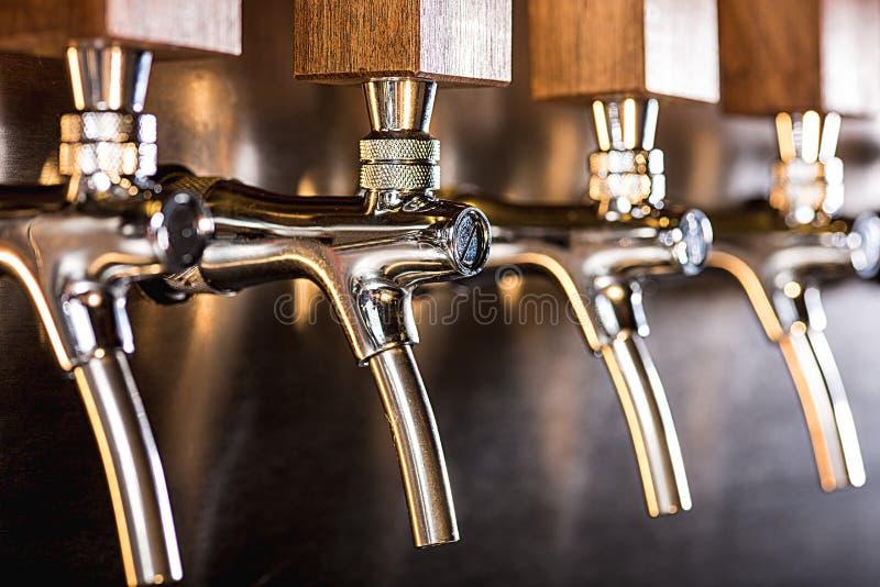 Rubinetti della birra in un pub fotografie stock