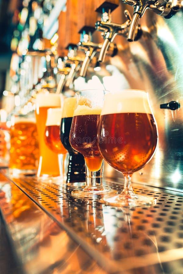 Rubinetti della birra in un pub fotografia stock