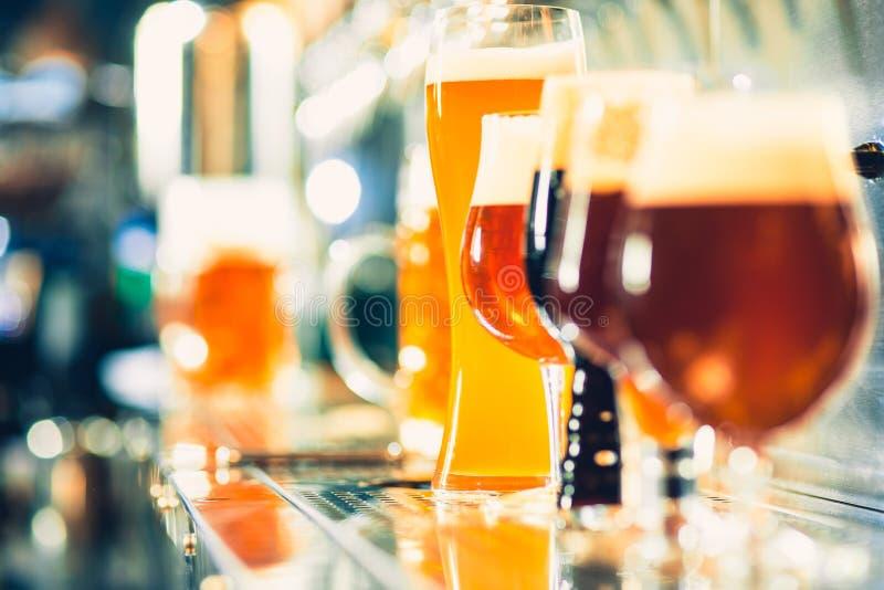 Rubinetti della birra in un pub fotografia stock libera da diritti