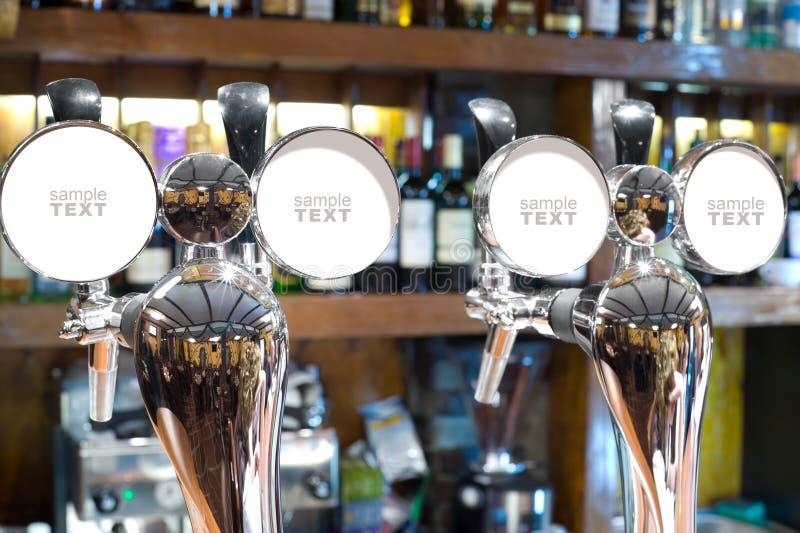 Rubinetti della birra in una barra fotografia stock libera da diritti