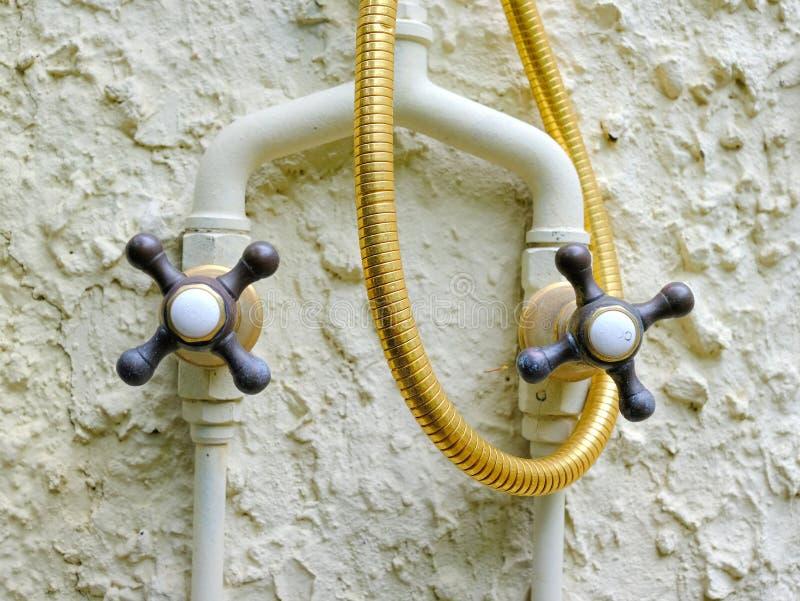 Rubinetti di acqua fredda e caldi, fuori della doccia fotografie stock libere da diritti