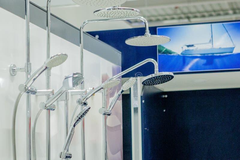 Rubinetti di miscelatori per la doccia in una ferramenta immagini stock libere da diritti