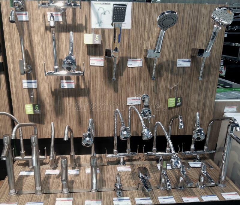 Rubinetti di miscelatori per la doccia in una ferramenta fotografie stock