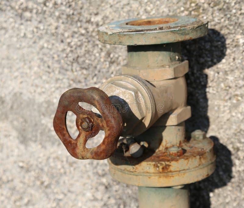 rubinetto arrugginito molto vecchio con la valvola di intercettazione della ruggine fotografie stock libere da diritti