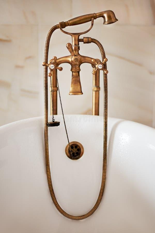 Rubinetto bronzeo antico del rubinetto nel bagno fotografie stock libere da diritti