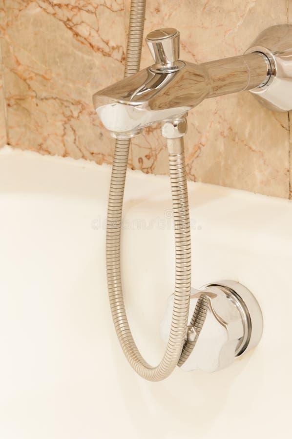 Rubinetto con le maniglie ed il bagno bianco fotografia stock