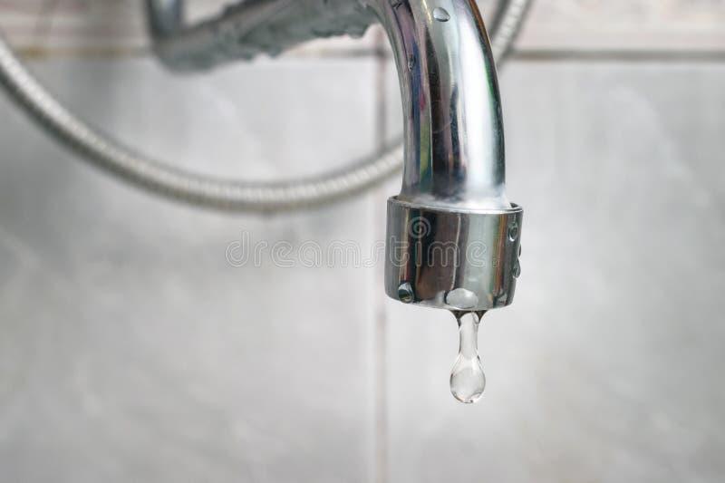 Rubinetto d'argento vecchio di gocciolamento, rubinetto La guarnizione del rubinetto della cucina o del bagno ha bisogno della ri fotografia stock libera da diritti
