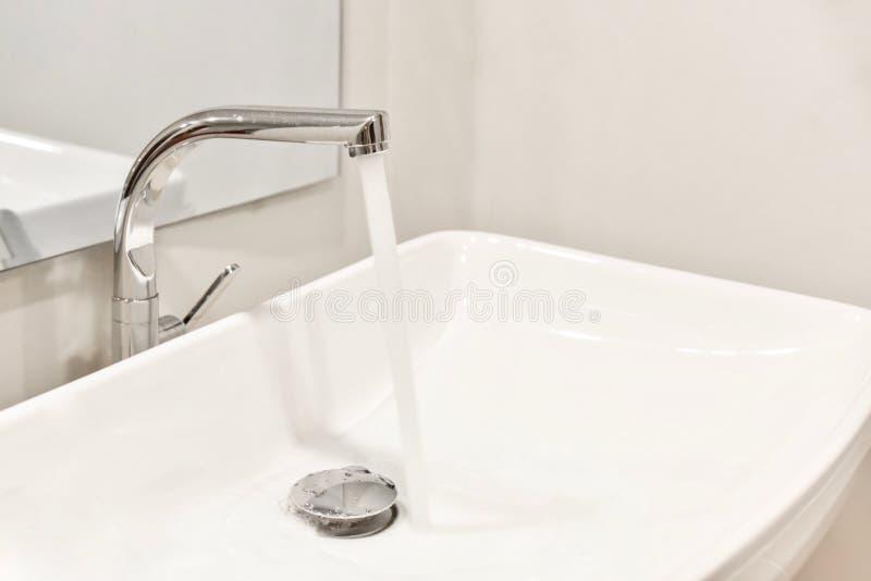 Rubinetto del metallo con acqua corrente fotografie stock libere da diritti