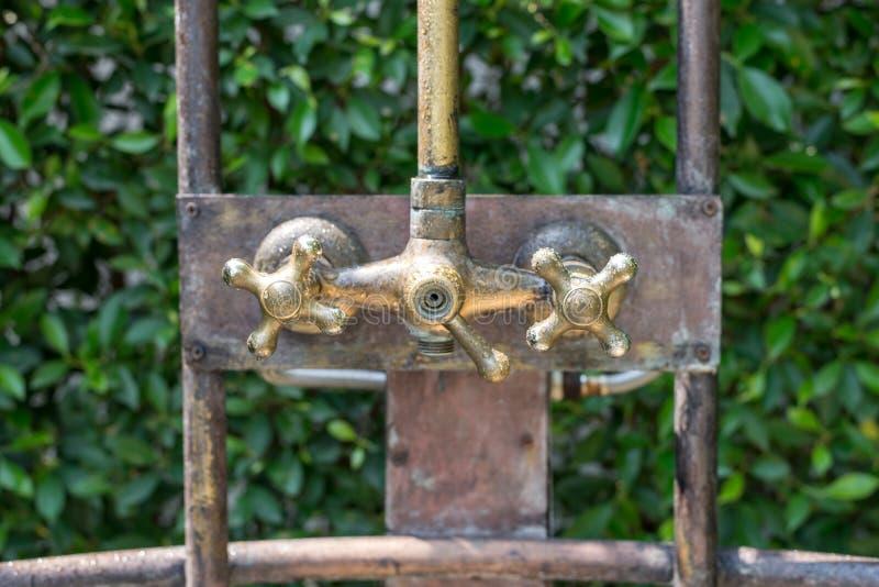 Rubinetto della doccia del bronzo dell'annata di caldo e di acqua fredda fotografia stock