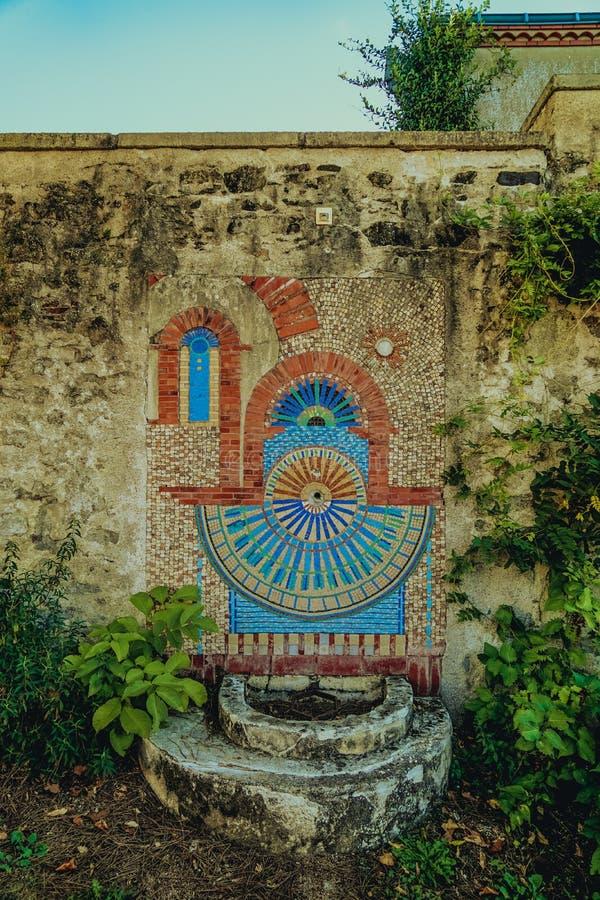 Rubinetto di acqua antico nella città di Clisson nella vigna vicino alla città di Nantes, la Bretagna, Francia architettura tipic fotografie stock