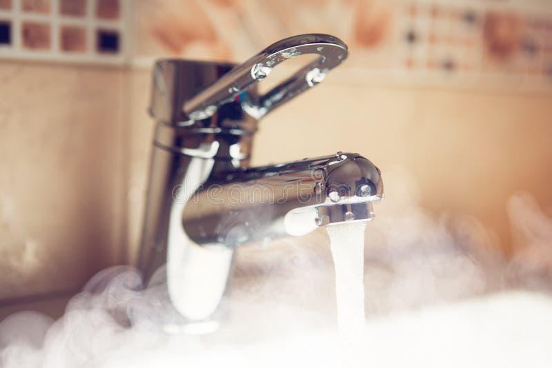Rubinetto di acqua con il vapore dell'acqua calda fotografia stock libera da diritti