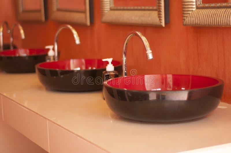 Rubinetto e lavabo immagini stock