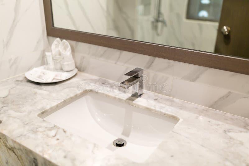 Rubinetto igienico moderno del lavaggio nel bagno dell'hotel fotografia stock
