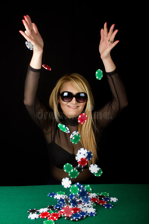 Rubio atractivo con las virutas de póker imagen de archivo libre de regalías