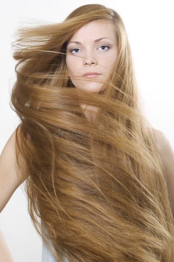 Rubio hermoso con el gran pelo largo