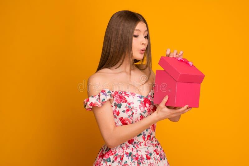Rubio hermoso en un vestido con una caja de regalo imagen de archivo libre de regalías