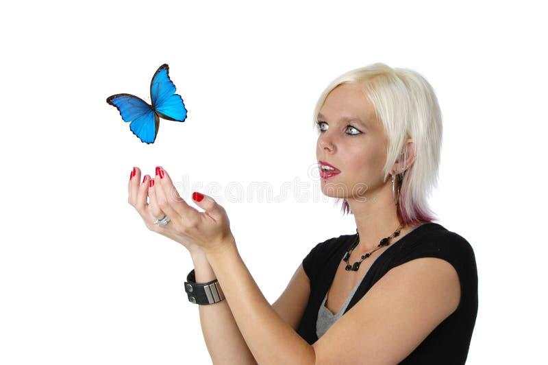 Rubio hermoso y mariposa fotografía de archivo