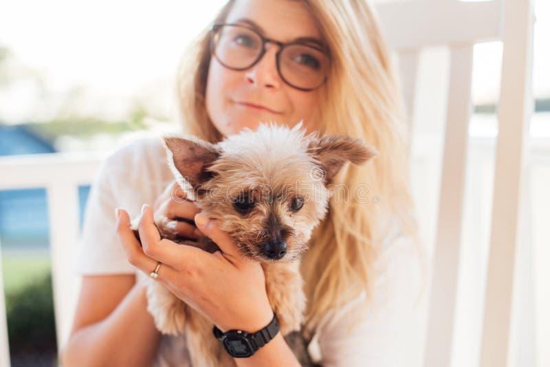 Rubio lindo y su Yorkshire Terrier fotos de archivo