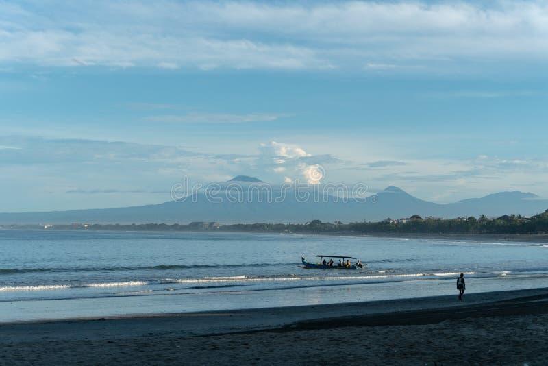Rubish på stranden av det tropiska havet Plast- avskr?de, skum, tr? och smutsar ner avfalls p? stranden i sommardag royaltyfri bild