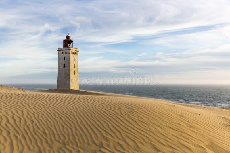 Rubjerg Knude latarnia morska zakopująca w piaskach na wybrzeżu Północny morze fotografia stock