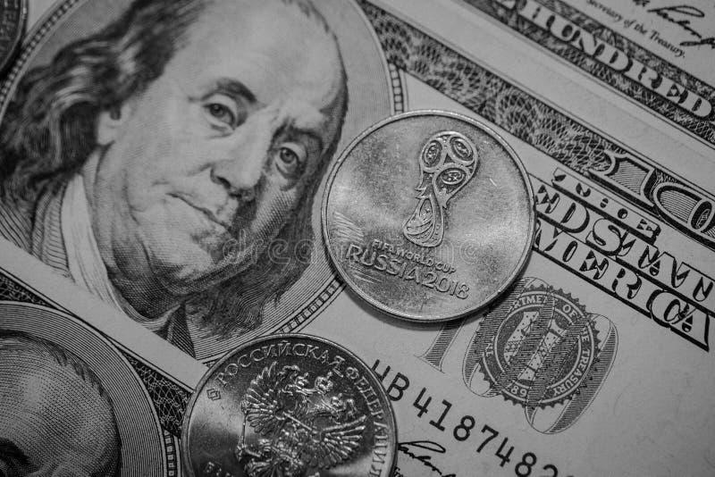 Rublo olímpico do russo e cem dólares Hoje taxas de câmbio do ` s imagens de stock royalty free