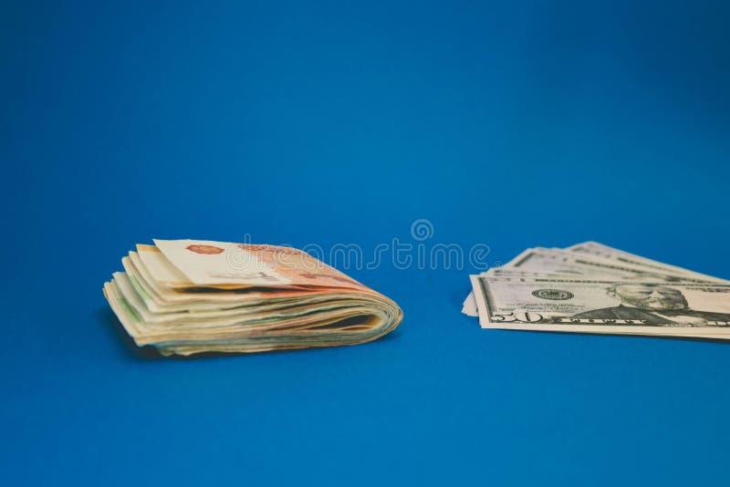 Rublo y d?lar La lucha de la rublo y del d?lar en el mundo financiero moderno Ratio de la moneda, concepto imagen de archivo libre de regalías