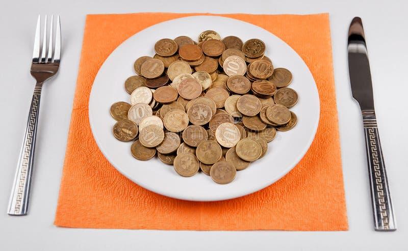 Rublos rusas en la placa foto de archivo