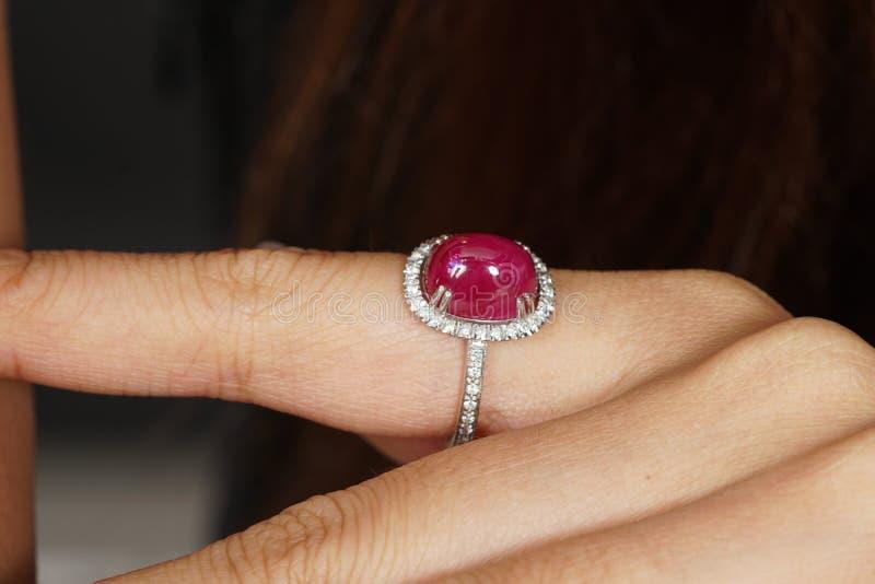 Ruby Diamond Ring op vrouwenhand royalty-vrije stock foto's