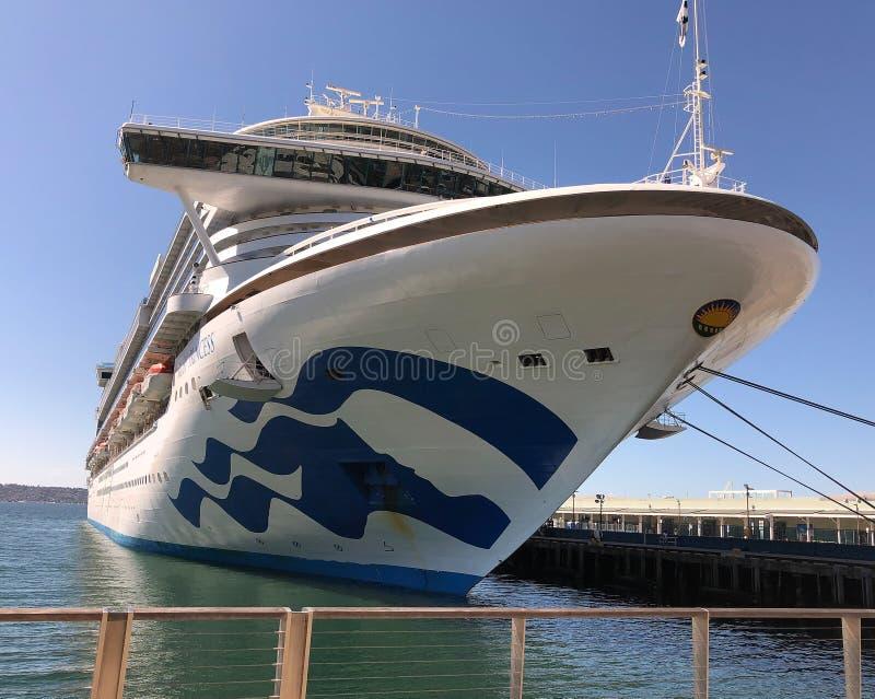 Ruby Princess Kreuzfahrtschiffdocks in San Diego CA lizenzfreie stockfotografie