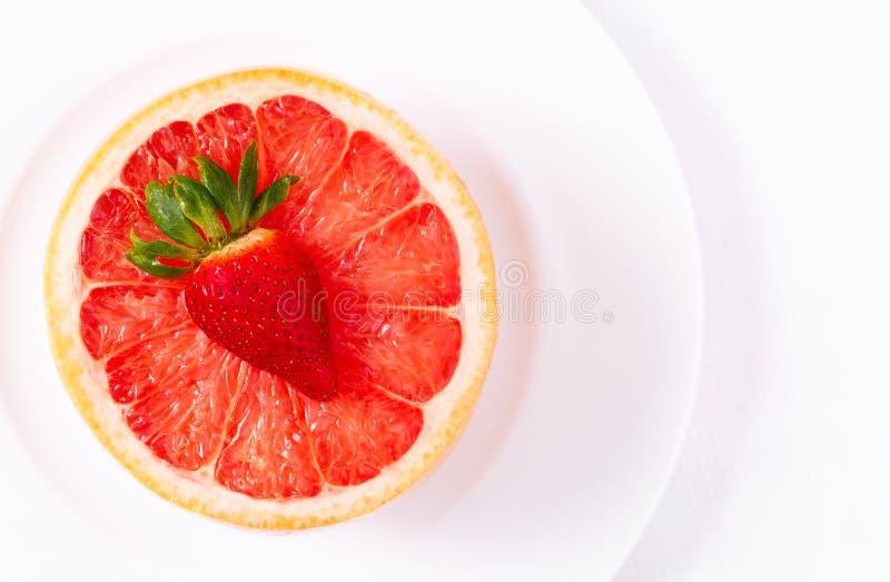 Ruby Red Grapefruit in der weißen Schüssel lizenzfreie stockfotografie