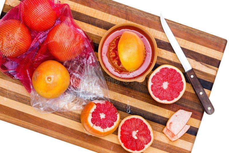 Ruby Red Grapefruit entero y cortado con el cuchillo imagenes de archivo