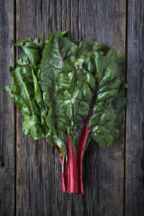 Ruby Swiss Chard rouge organique cru photos stock