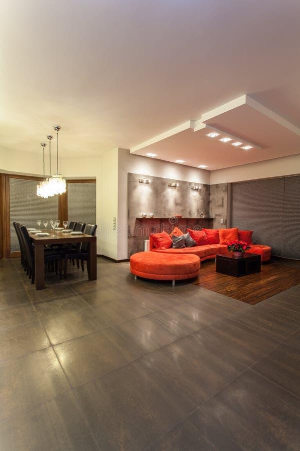 Rubyhus - röd sofa royaltyfria foton