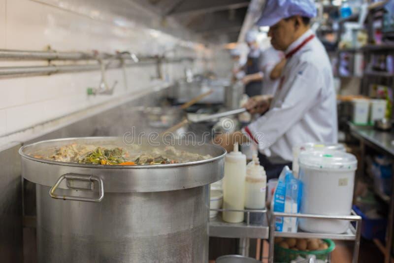 Ruchów szefowie kuchni restauracyjna kuchnia obrazy royalty free
