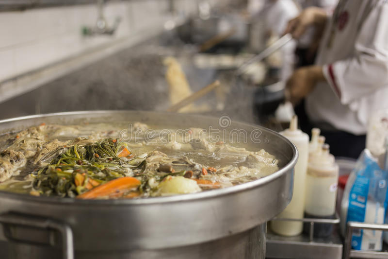 Ruchów szefowie kuchni restauracyjna kuchnia zdjęcia royalty free