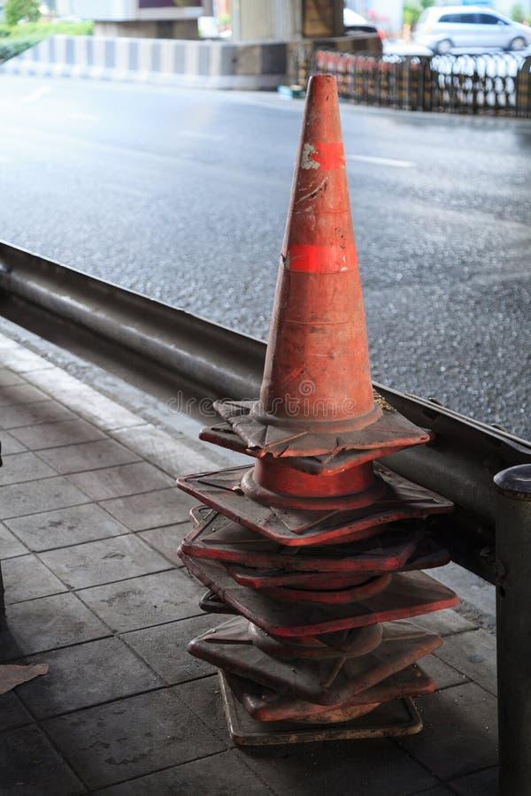 Ruch drogowy konusuje pilony, czarownica kapelusze, droga rożki, autostrada rożek, bezpieczeństwo rożki, channelizing przyrząda,  fotografia royalty free