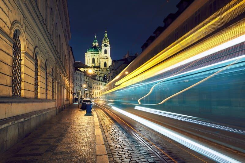 Ruch drogowy na antycznej ulicie w Praga fotografia royalty free
