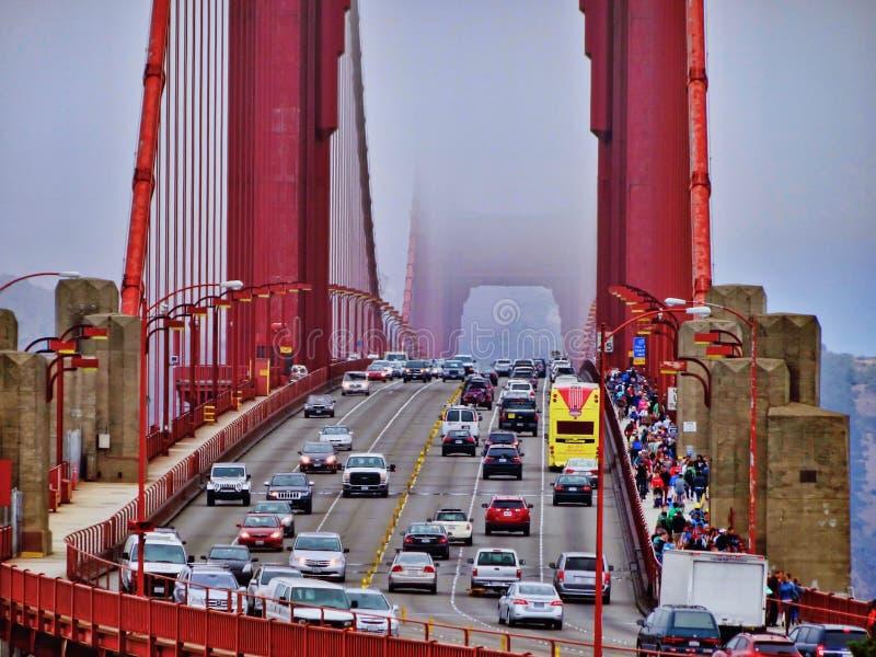 Ruch drogowy na Golden Gate Bridge na mg?owym dniu fotografia stock
