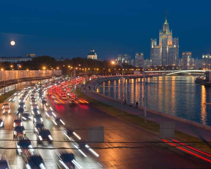 Ruch drogowy na Moskvoretskaya nabrzeżu obraz royalty free